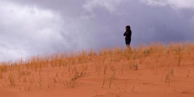 Femme, debout, dans, a, désert, corail rose, dunes sable, parc état, utah, usa