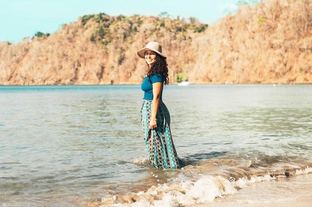 Femme debout dans l'eau de mer
