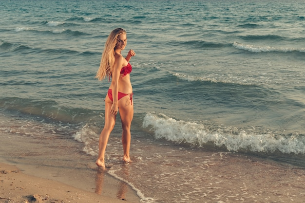 Femme debout dans la mer