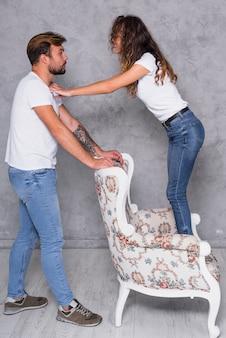Femme, debout, fauteuil, parler, homme
