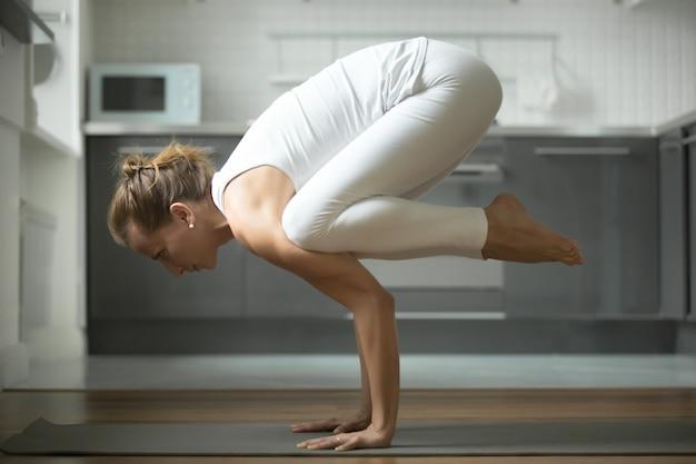 Femme, debout, grue, exercice