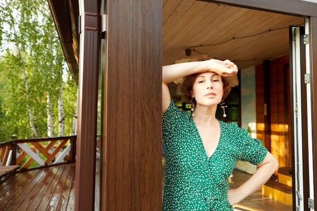 Femme debout sur une maison de campagne terrasse en bois