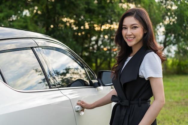 Femme, debout, ouvrir, voiture, porte