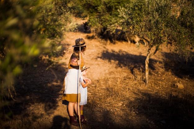 Femme debout avec sa fille debout dans le champ