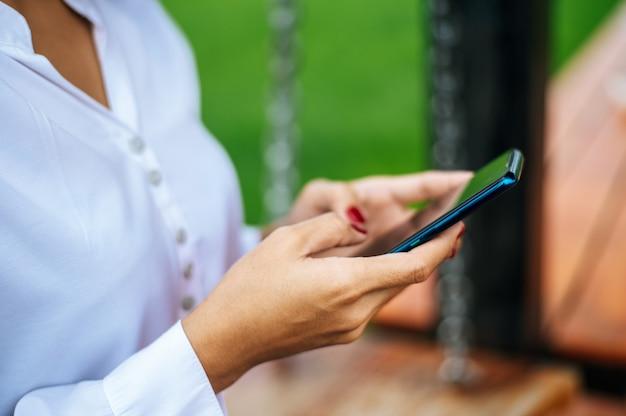 Femme debout sur un smartphone