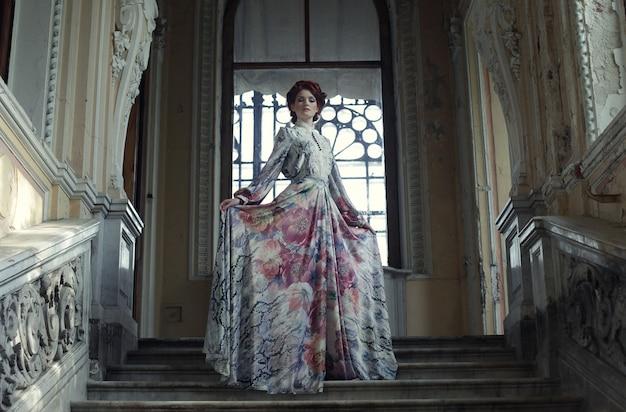 Femme, debout, sommet, escalier
