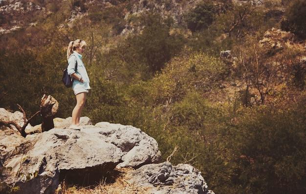 Femme, debout, sommet montagne