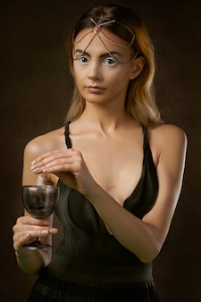 Femme, debout, tenue, verre, vin