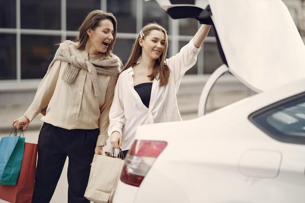 Femme, debout, voiture, achats, sacs