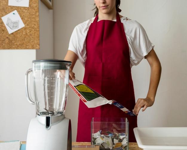 Femme, déchirer, papier, mélangeur, bureau