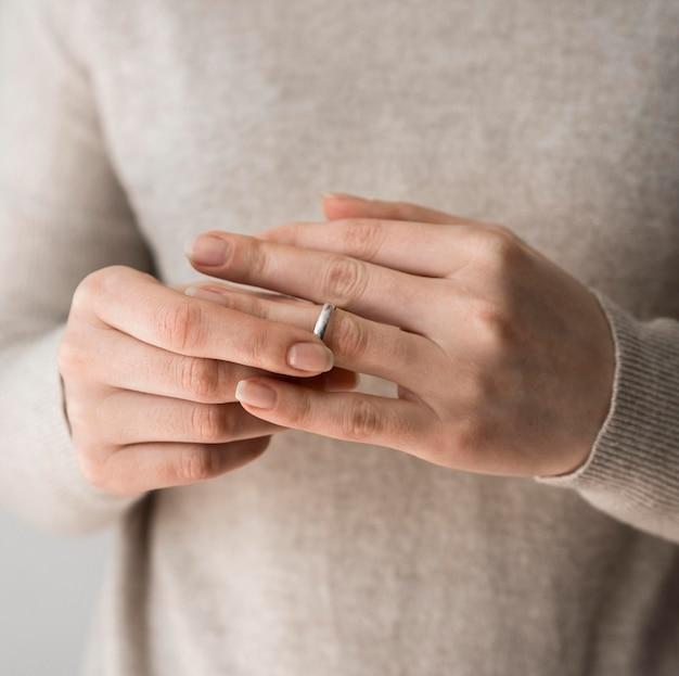 Une femme a décidé de retirer sa bague de mariage