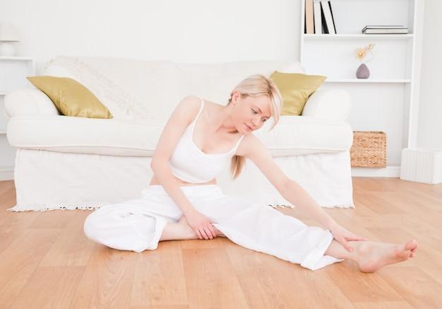 Femme décontractée, faire des exercices de remise en forme