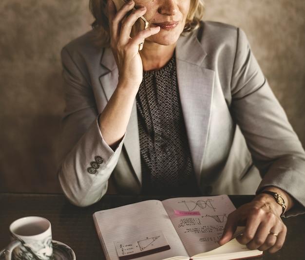 Femme décontractée parle au téléphone