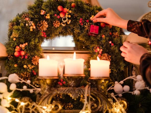 Femme décorant sa maison se préparant pour les vacances de noël.