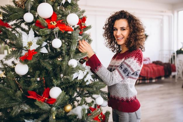 Femme, décoration, arbre noël