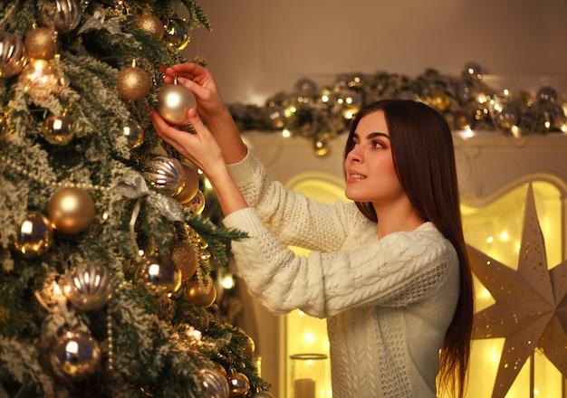 Femme, décorer, arbre noël, jouets nouvel an, chez soi, préparation, pour, célébration