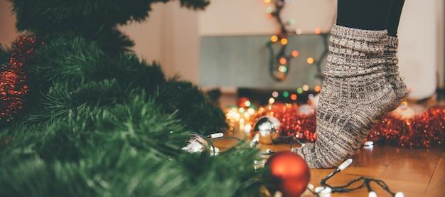 Femme, décorer, noël, arbre