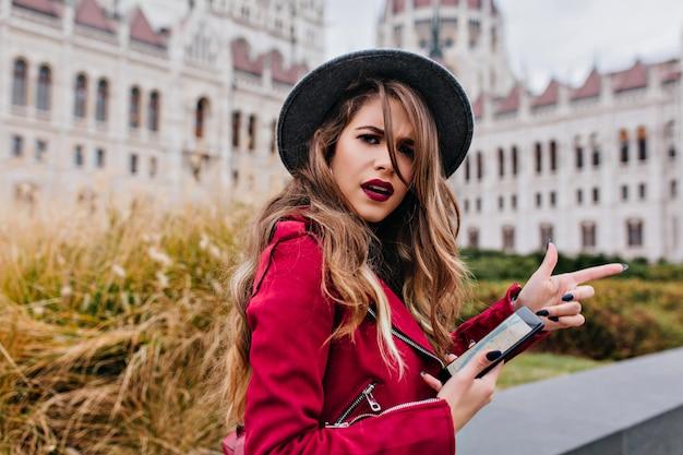 Femme déçue en utilisant le gps pour rechercher des attractions