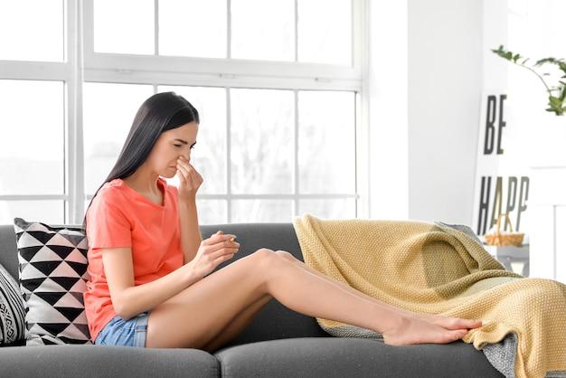 Femme dégoûtée avec cigarette à la maison