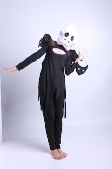 Femme déguisée avec un masque blanc