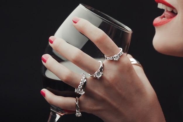 Femme, dégustation, vin, mains, tous, dans, anneaux, gros plan