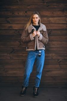 Femme dehors sur le fond en bois