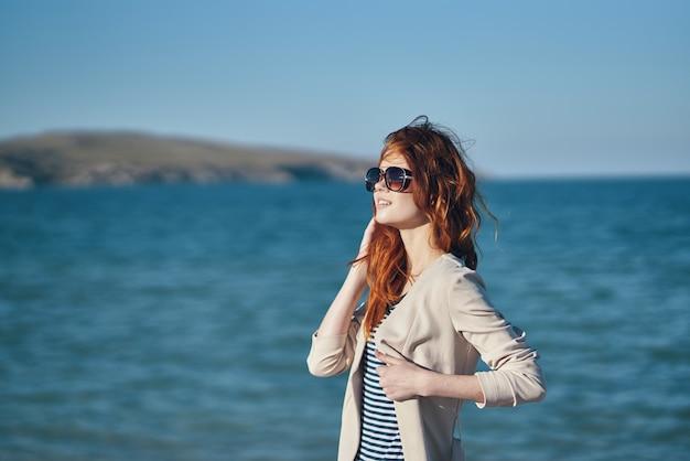 Femme, dehors, roches, océan, voyage, été