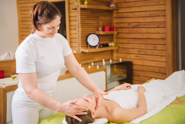 Femme, délassant, apprécier, pendant, massage tête