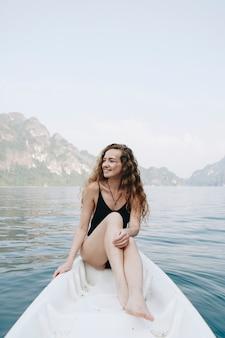Femme, délassant, canoë, lac