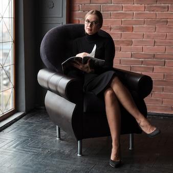 Femme, délassant, divan