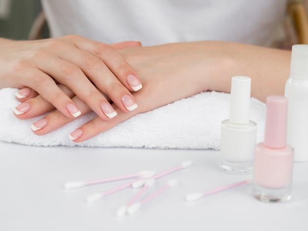 Femme délicate mains et vernis à ongles