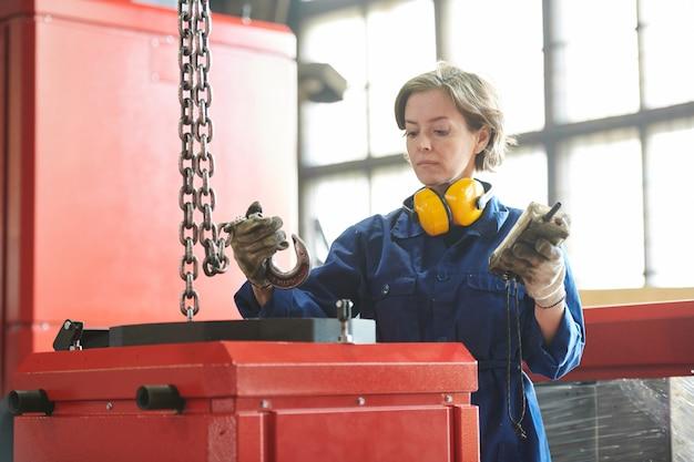 Femme déménageur à l'usine