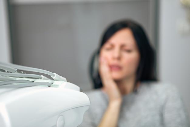 Femme, à, dent dentaire, à, clinique dentaire, se concentrer au premier plan, sur, équipement médical.