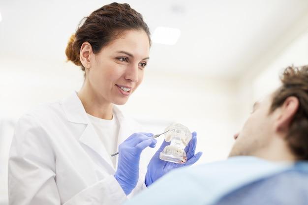Femme dentiste consultant patient