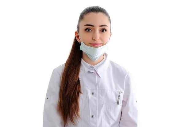 Femme dentiste isolée sur blanc