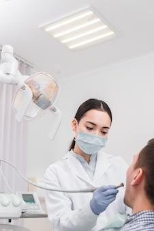Femme dentiste avec patiente