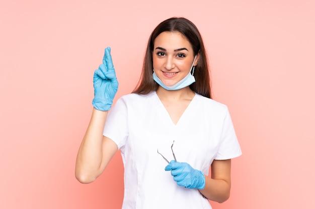 Femme dentiste tenant des outils