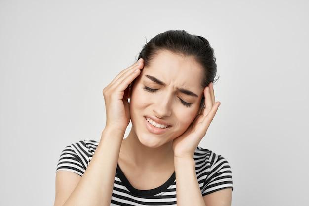 Femme dentisterie problèmes de santé inconfort fond clair. photo de haute qualité