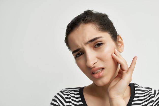 Femme dentisterie problèmes de santé inconfort fond isolé
