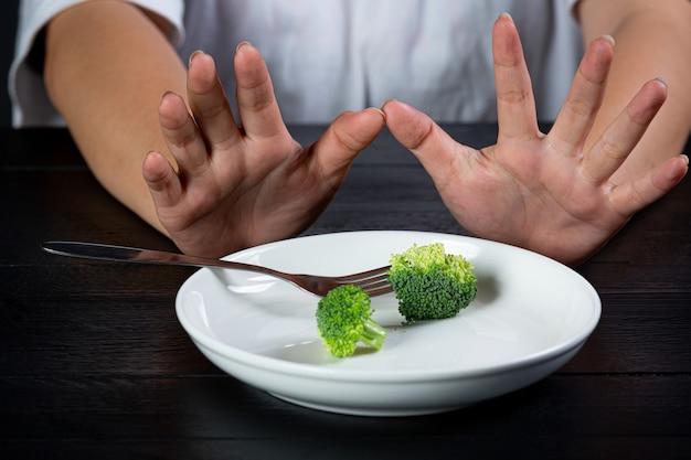 Femme déprimée affamée de suivre un régime