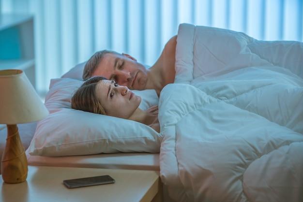 La femme déprimée gisait près de l'homme