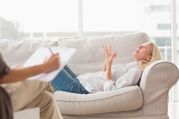 Femme déprimée parlant à un thérapeute
