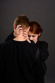 Femme désespérée avec mari agressif dans la conception de la violence domestique