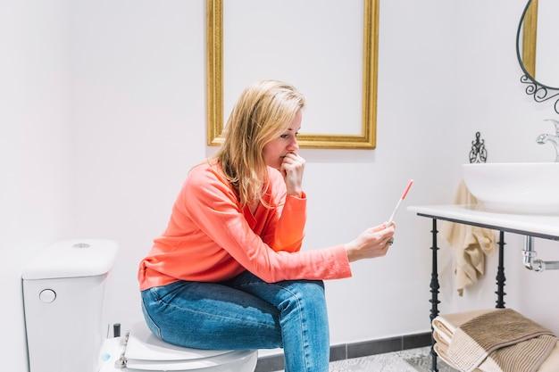 Femme désespérée avec un test de grossesse