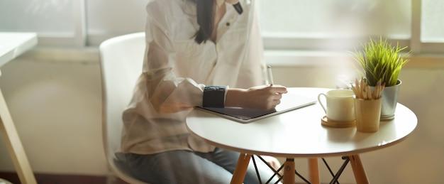 Femme designer et son nouveau projet
