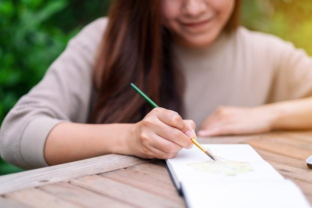 Une femme dessinant et peignant à l'aquarelle
