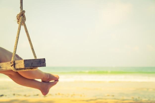 Femme détendue sur une balançoire