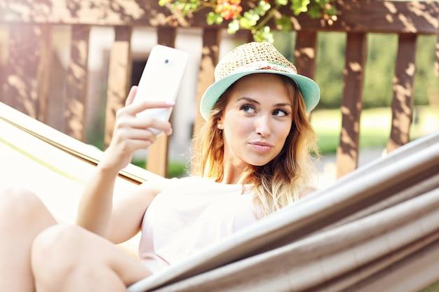 Femme détendue reposant sur un canapé à l'extérieur