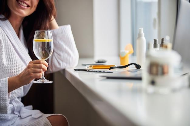 Femme détendue se préparant à sa procédure de beauté