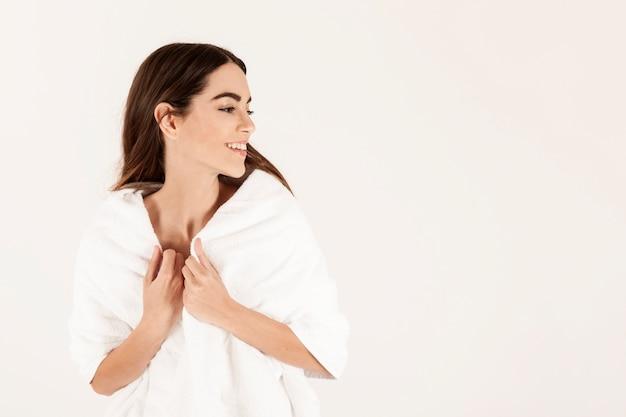 Femme détendue et souriante après avoir pris un bain